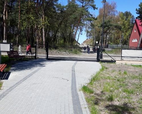 Brama ośrodka naprzeciwko przejścia na plażę