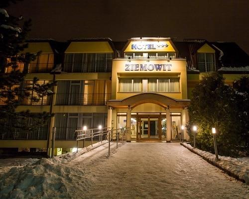 Hotel zimą w nocy