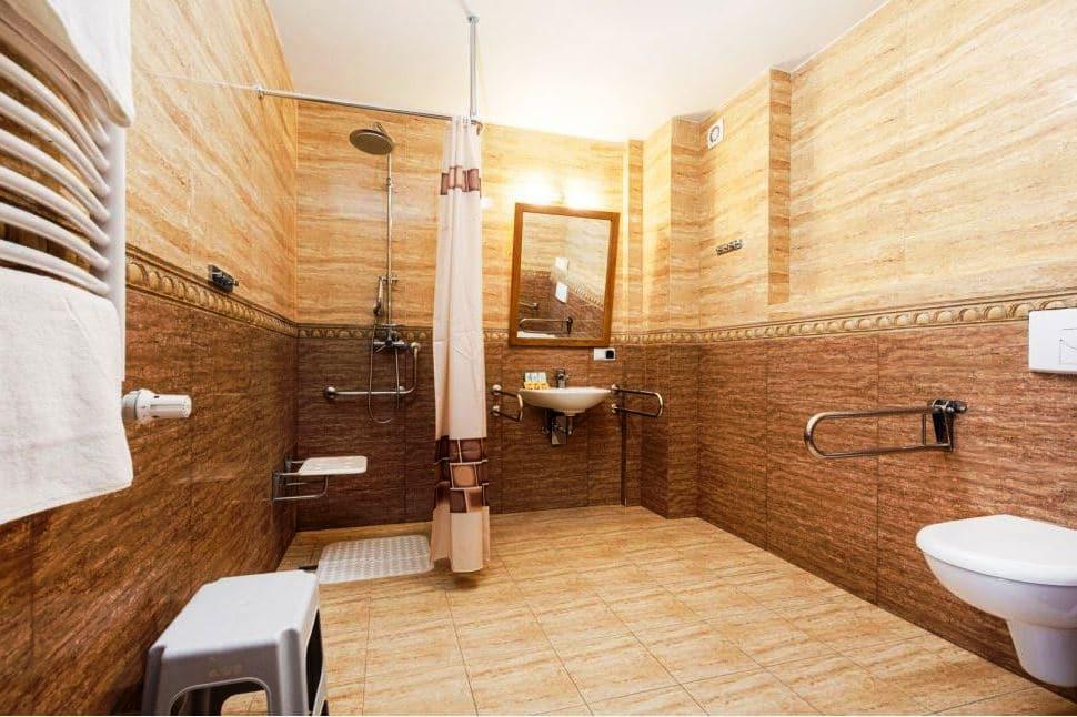 łazienka dostosowana do osób niepełnosprtawnych